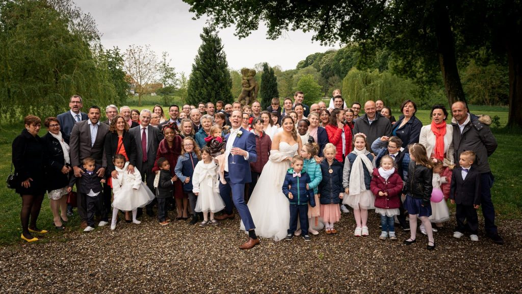 Photo groupe mariage alsace chateau osthoffen famille amis robe mariés