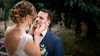 Regard amoureux mariage coiffure robe bijoux boutonniere costume first look émotions